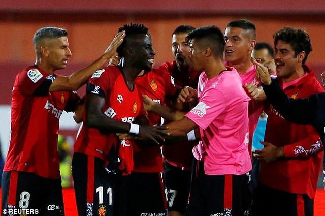 Thua Mallorca, Real Madrid mất ngôi đầu bảng vào tay Barcelona - 2