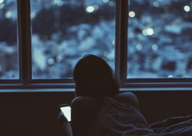 Cô gái 16 tuổi bị mù màu vì sử dụng điện thoại di động quá nhiều - 1