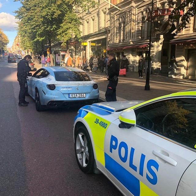 Bị cảnh sát hỏi thăm vì dán siêu xe Ferrari thành xe tuần tra - 4