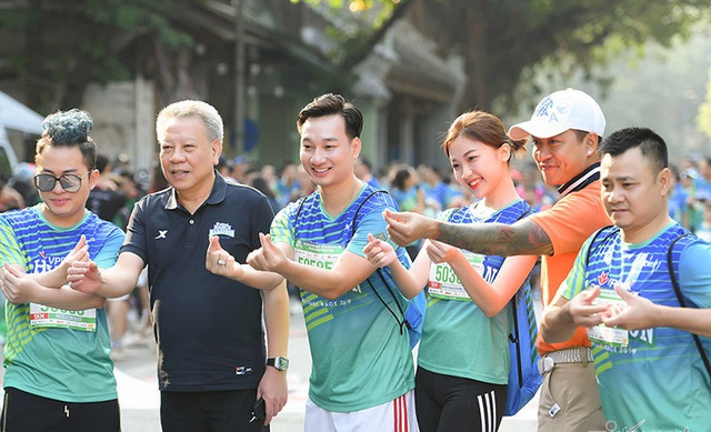 Tự Long, Thành Trung hào hứng thi chạy ở Hồ Gươm - 7
