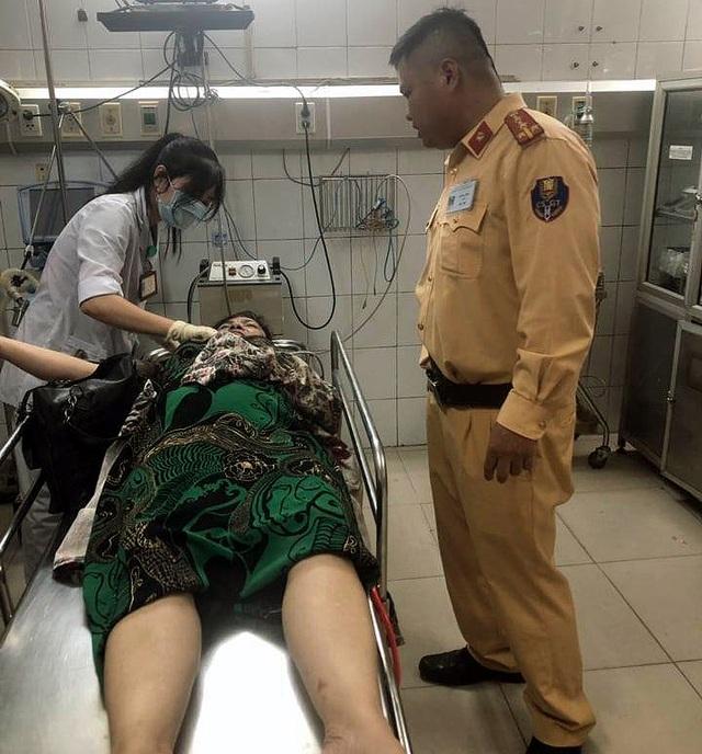 Đang chở xe vi phạm, CSGT giúp người phụ nữ bị tai nạn đi cấp cứu - 1