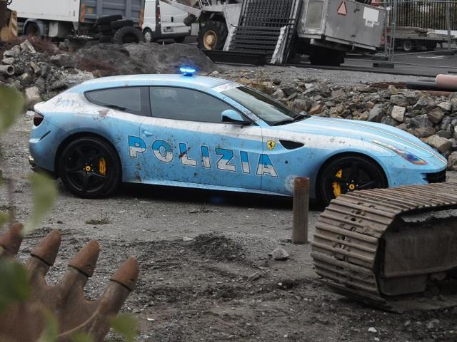 Bị cảnh sát hỏi thăm vì dán siêu xe Ferrari thành xe tuần tra - 3