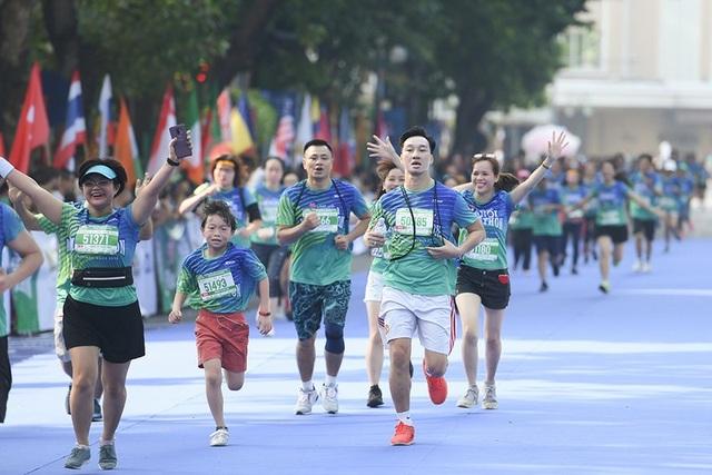 Tự Long, Thành Trung hào hứng thi chạy ở Hồ Gươm - 6