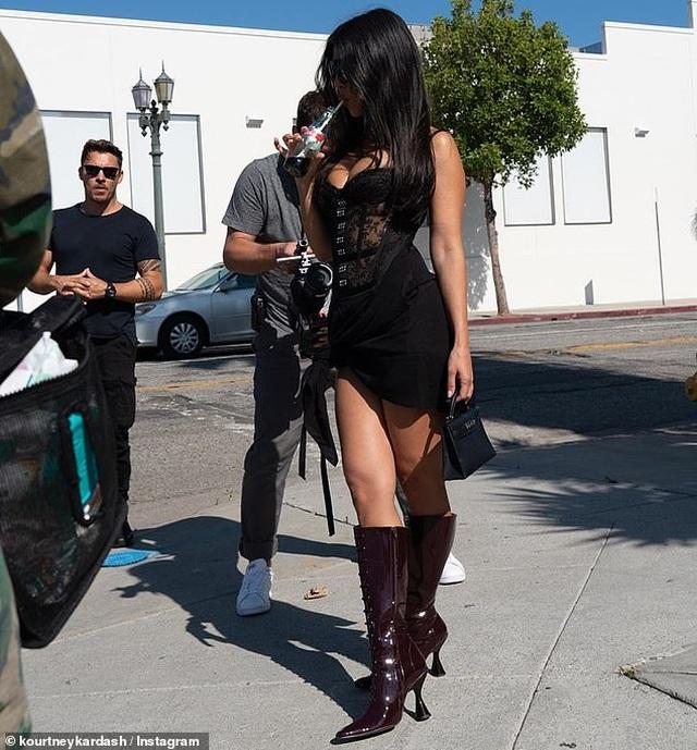 Dáng vóc gợi cảm của gái ba con Kourtney Kardashian - 2
