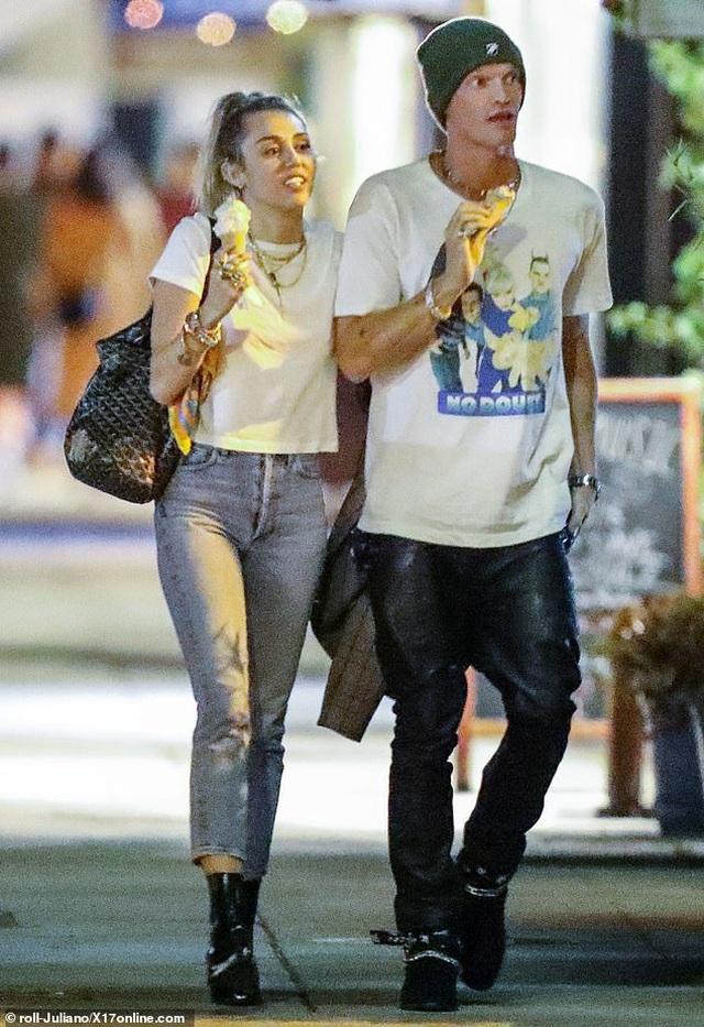 Miley Cyrus ra phố cùng bồ mới - 1