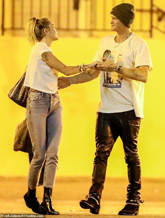 Miley Cyrus ra phố cùng bồ mới - 2