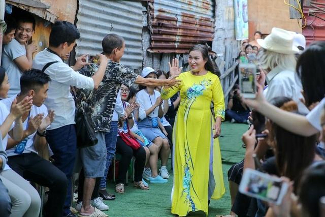 Ngày 20/10 đặc biệt của những phụ nữ cửu vạn, nhặt ve chai ở Hà Nội - 9