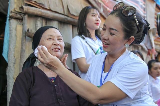 Ngày 20/10 đặc biệt của những phụ nữ cửu vạn, nhặt ve chai ở Hà Nội - 3