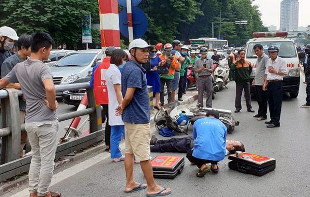 Hà Nội: Đâm vào trụ cầu vượt, người đàn ông đi xe máy tử vong - 1