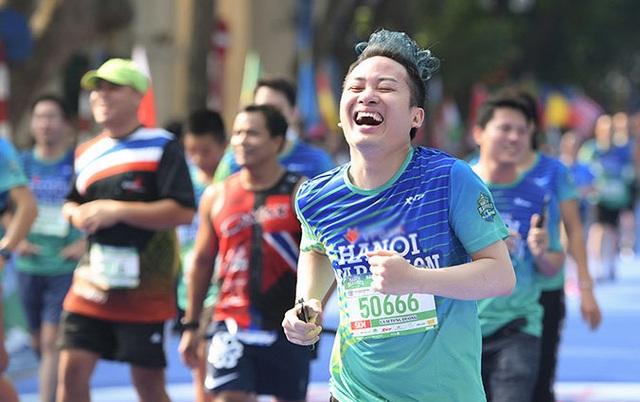 Tự Long, Thành Trung hào hứng thi chạy ở Hồ Gươm - 1