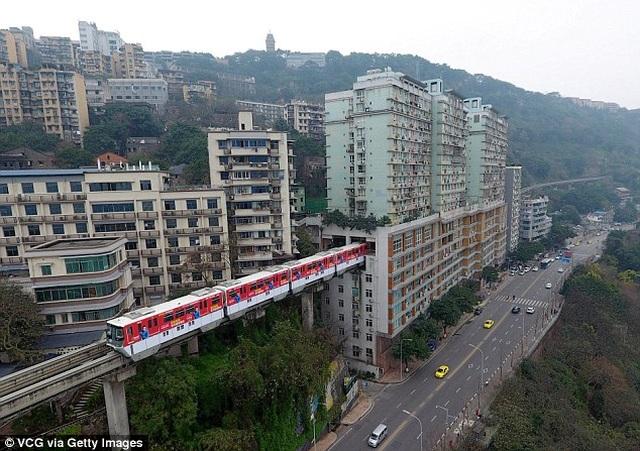 Độc lạ: Tuyến đường sắt, đường cao tốc chạy xuyên thủng qua tòa nhà - 2