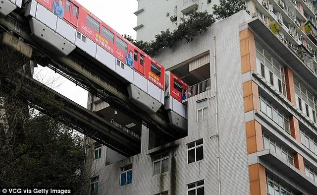 Độc lạ: Tuyến đường sắt, đường cao tốc chạy xuyên thủng qua tòa nhà - 3