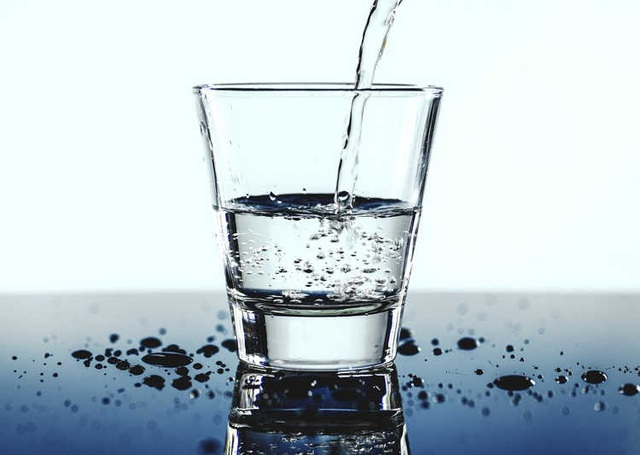 Thực khách uống miễn phí nước tái chế từ nhà vệ sinh - 2
