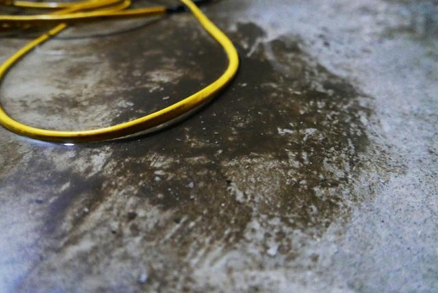 Nước vẫn đặc sệt, nhầy nhụa dầu thải khi rửa bể chung cư Hà Nội - 6