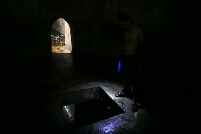 Nước vẫn đặc sệt, nhầy nhụa dầu thải khi rửa bể chung cư Hà Nội - 8