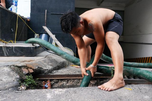 Nước vẫn đặc sệt, nhầy nhụa dầu thải khi rửa bể chung cư Hà Nội - 14