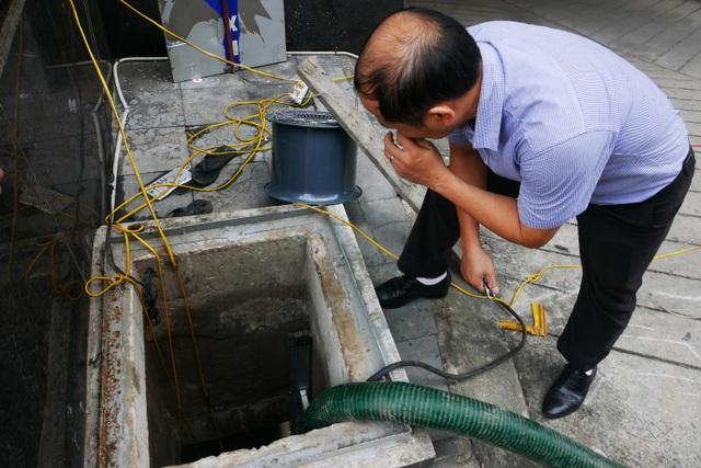 Nước vẫn đặc sệt, nhầy nhụa dầu thải khi rửa bể chung cư Hà Nội - 1