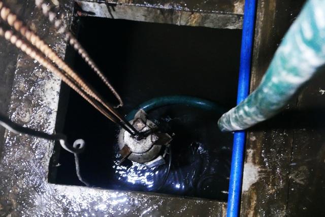 Nước vẫn đặc sệt, nhầy nhụa dầu thải khi rửa bể chung cư Hà Nội - 10