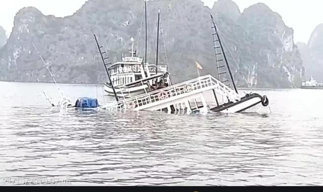 Va chạm với tàu chở đá, một tàu du lịch chìm trên vịnh Hạ Long - 1