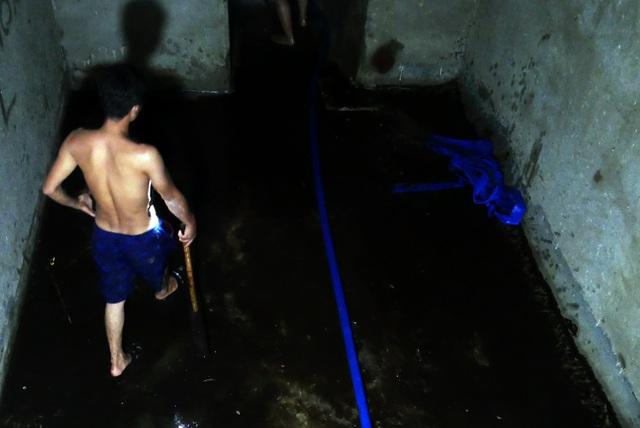 Nước vẫn đặc sệt, nhầy nhụa dầu thải khi rửa bể chung cư Hà Nội - 12