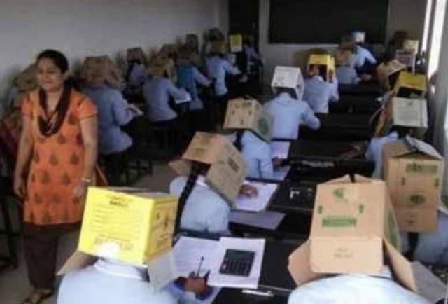 Ngôi trường Ấn Độ hứng bão chỉ trích vì cho sinh viên đội thùng giấy để chống coi cóp - 1