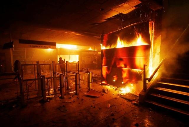 Chile chìm trong bạo lực, tổng thống ban bố tình trạng khẩn cấp - 11
