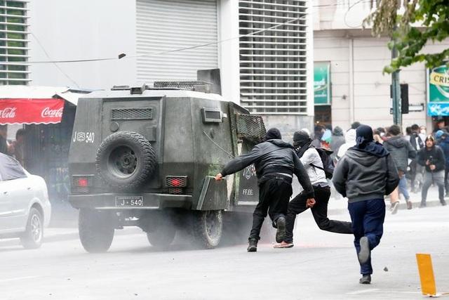 Chile chìm trong bạo lực, tổng thống ban bố tình trạng khẩn cấp - 6