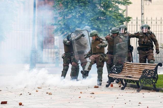 Chile chìm trong bạo lực, tổng thống ban bố tình trạng khẩn cấp - 7