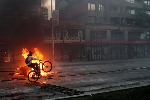 Chile chìm trong bạo lực, tổng thống ban bố tình trạng khẩn cấp - 12