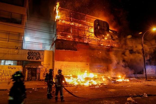 Chile chìm trong bạo lực, tổng thống ban bố tình trạng khẩn cấp - 4
