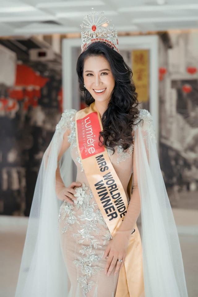 Hoa hậu Dương Thuỳ Linh xúc động trao lại vương miện cho người kế nhiệm - 1
