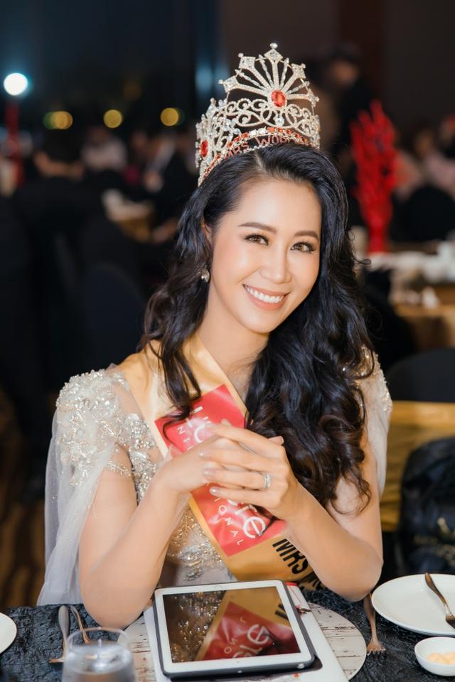 Hoa hậu Dương Thuỳ Linh xúc động trao lại vương miện cho người kế nhiệm - 14
