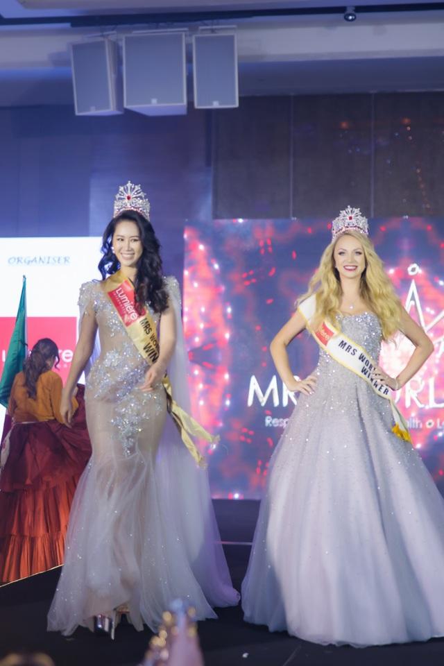 Hoa hậu Dương Thuỳ Linh xúc động trao lại vương miện cho người kế nhiệm - 13