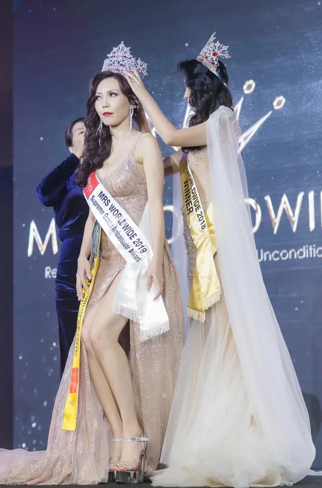 Hoa hậu Dương Thuỳ Linh xúc động trao lại vương miện cho người kế nhiệm - 6