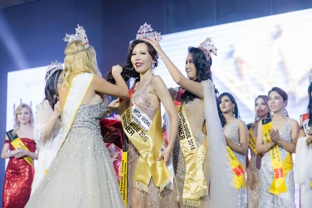 Hoa hậu Dương Thuỳ Linh xúc động trao lại vương miện cho người kế nhiệm - 5