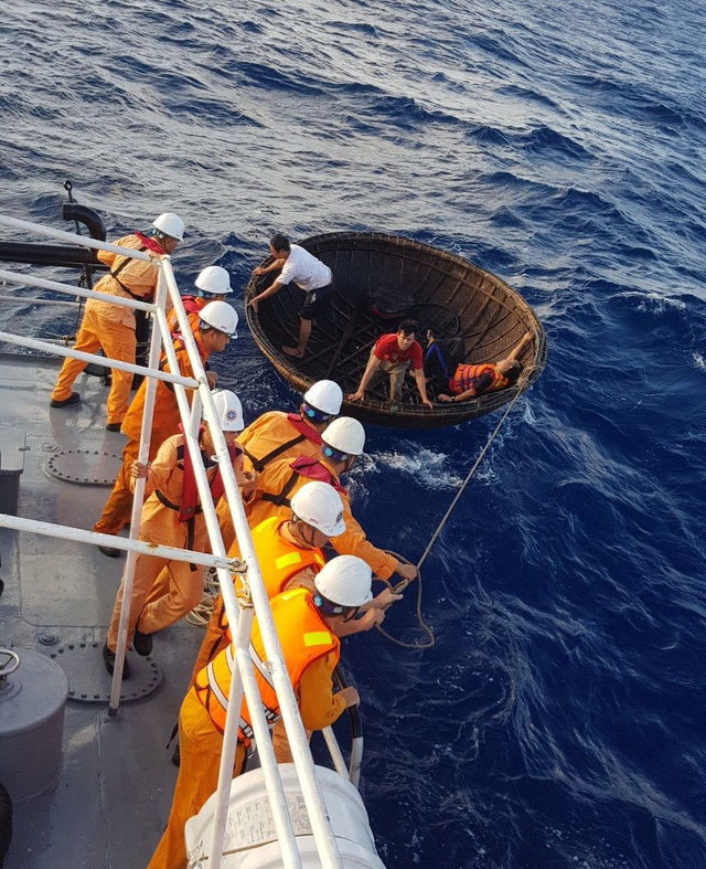 Vượt hơn 250 hải lý cứu thuyền viên bị nạn ở Trường Sa - 1
