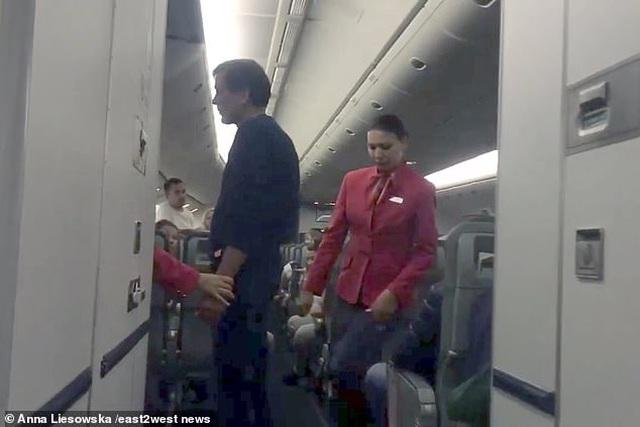 Khách say lao tới cửa thoát hiểm đòi mở khi bay ở độ cao hơn 10.000m - 1