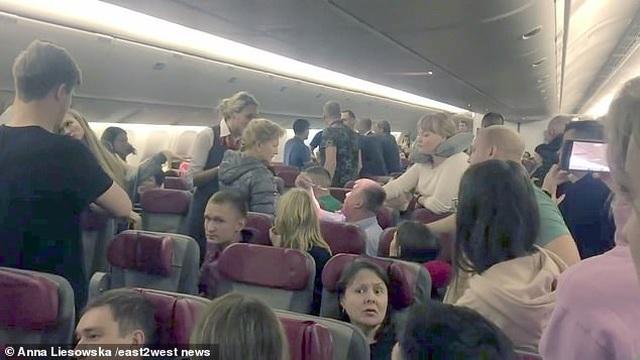 Khách say lao tới cửa thoát hiểm đòi mở khi bay ở độ cao hơn 10.000m - 2
