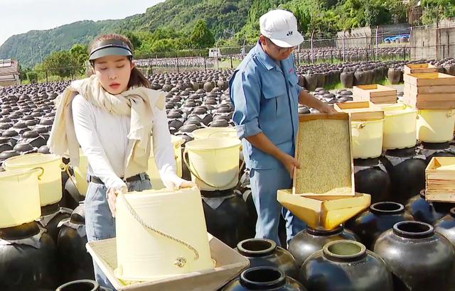 Việt Anh ôm Quỳnh Nga thân mật trên sóng truyền hình - 9