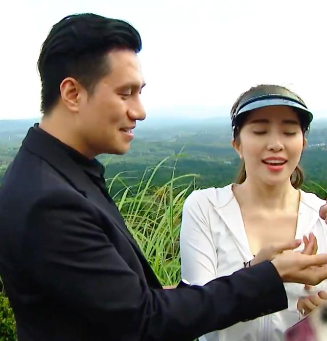 Việt Anh ôm Quỳnh Nga thân mật trên sóng truyền hình - 14