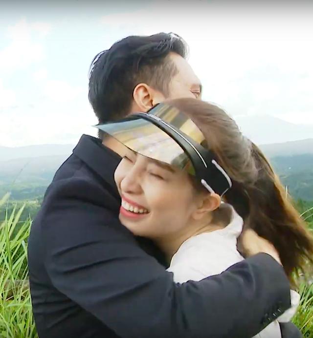 Việt Anh ôm Quỳnh Nga thân mật trên sóng truyền hình - 12