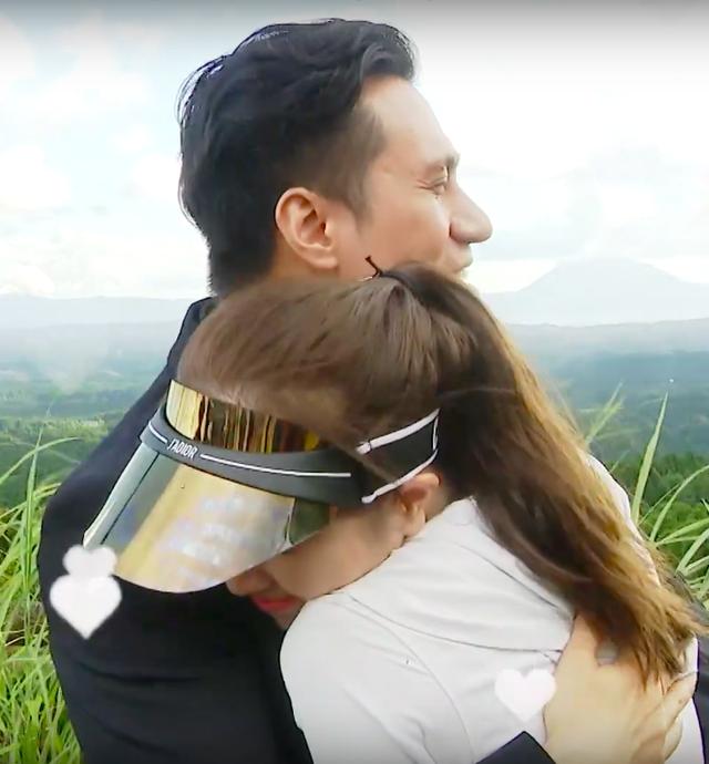 Việt Anh ôm Quỳnh Nga thân mật trên sóng truyền hình - 11