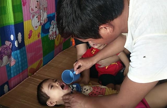 Bố mẹ nghèo khóc nghẹn, mơ hộp sữa cho 2 con thơ bại não - 1