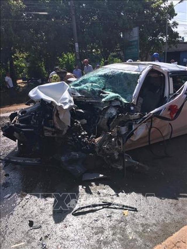 Xe rước dâu nát bét đầu sau cú tông xe tải, 2 người trọng thương - 1