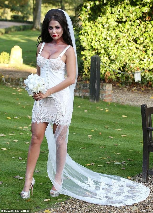 Yazmin Oukhellou hóa trang thành cô dâu bốc lửa - 1