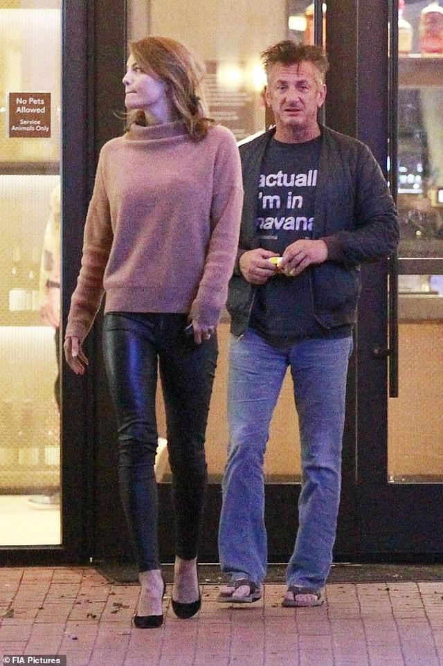 Nam diễn viên 59 tuổi Sean Penn đưa bạn gái kém 32 tuổi ra phố - 2