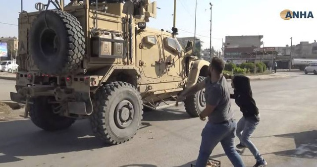 Người Kurd giận dữ ném khoai tây vào xe chở lính Mỹ rút quân - 1