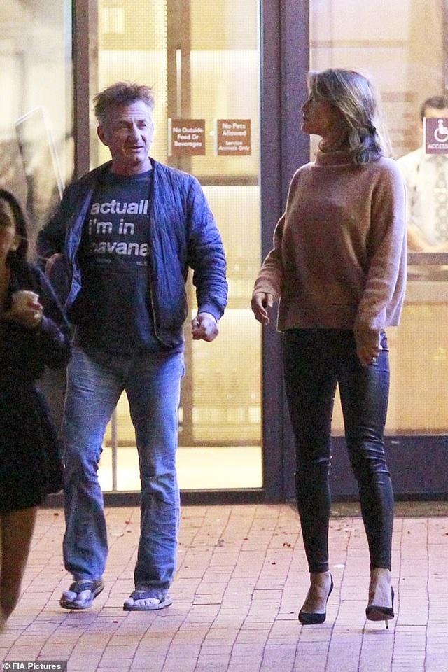 Nam diễn viên 59 tuổi Sean Penn đưa bạn gái kém 32 tuổi ra phố - 1
