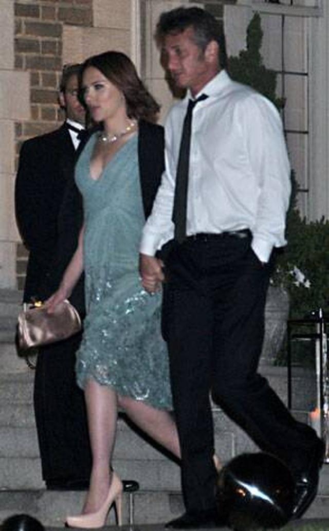 Nam diễn viên 59 tuổi Sean Penn đưa bạn gái kém 32 tuổi ra phố - 7