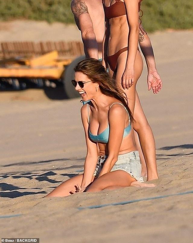 Alessandra Ambrosio khoe ngực căng đầy trên bãi biển - 1